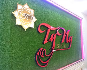 Thi công gắn bảng hiệu chữ nổi mica spa Tyny tại TP.HCM